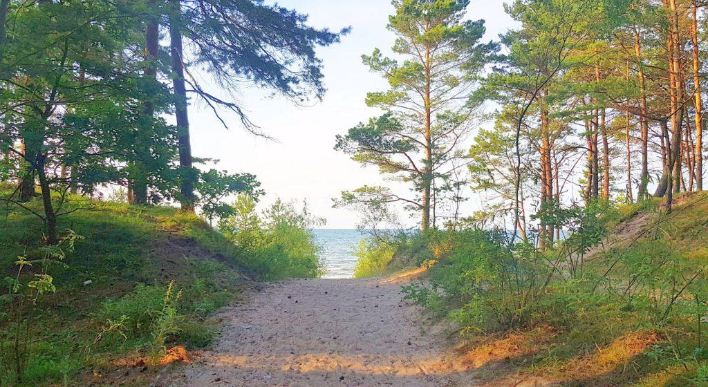 zejście na plażę w Junoszynie